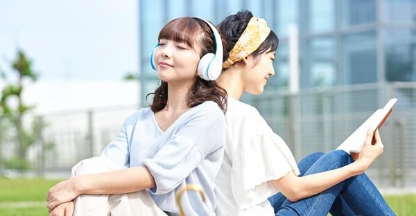 ラジオを聴いている人 イメージ
